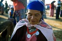 Guatemala, mercato di San Francisco El Alto. Ritratto di donna in abiti tradizionali.<br /> Guatemala, San Francisco El Alto market. Portrail of a woman in traditional dress.