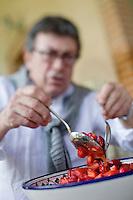 Europe/France/Midi-Pyrénées/82/Tarn-et-Garonne/Saint-Étienne-de-Tulmont: Christian Constant  prépare les fraises chez son amie: Françoise Fel [Non destiné à un usage publicitaire - Not intended for an advertising use]