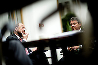 Der Präsident des Europäischen Parlamentes Martin Schulz und Bundeswirtschaftsminister und Vizekanzler Sigmar Gabriel (SPD) sitzen am Montag (05.05.14) in Berlin im Foyer der Bundespressekonferenz.