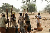 BURKINA FASO Kaya, village Korsimoro, women pound millet, the Sahel region is affected by droughts and hunger / BURKINA FASO, Kaya, Korsimoro, Frauen stampfen Hirse mit Moerser, die Sahel Region ist regelmaessig von Duerren und Hunger bedroht