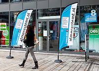 Informatiepunt in Almere over politieke partijen tijdens verkiezingen. Verkiezingswinkel