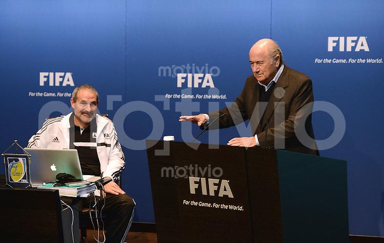 Fussball International FIFA   Seminar fuer Referee Instructors 18.02.2013 FIFA Praesident Joseph S. Blatter (re) begruesst Seminarteilnehmer und Fernando Tresaco Gracia  (Spanien, FIFA-Schiedsrichterabteilung)