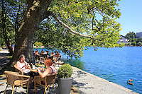 In the town center, the restaurants line the lake's bank. ///Au centre ville, des restaurant bordent la rive du lac.