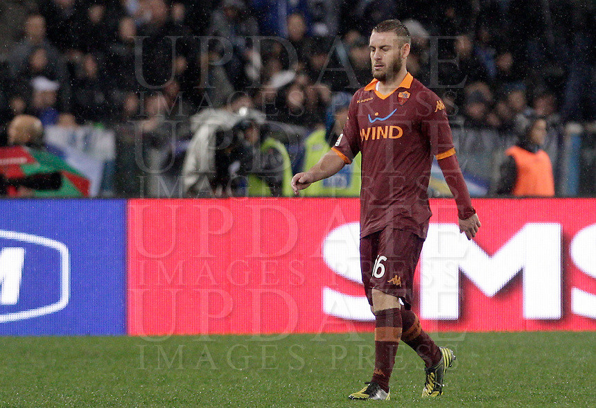 Calcio, Serie A: Lazio vs Roma. Roma, stadio Olimpico, 11 novembre 2012..AS Roma midfielder Daniele De Rossi leaves the pitch after receiving a red card during the Italian Serie A football match between Lazio and AS Roma, at Rome's Olympic stadium, 11 November 2012..UPDATE IMAGES PRESS/Riccardo De Luca