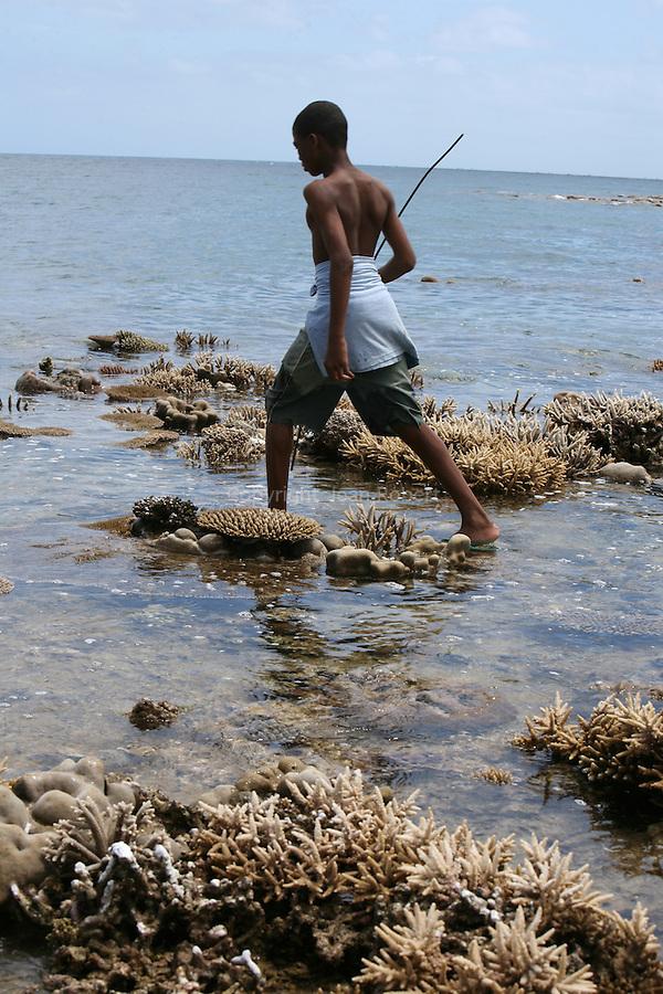 Barrière de corail émergée pendant les grands marées. phènomène observé deux fois dans l'année.Les Mahorais en profitent pour pêcher à pied avec des conséquences desastreuses pour la barrière de corail Au large de Bouéni, lagon de Mayotte. .Mayotte. Archipel des Comores. Océan IndienBarriere de corail emergee pendant les grandes marees. Ce phenomene est  observe deux fois dans l'annee.Les Mahorais en profitent pour pecher a pied avec des consequences desastreuses pour la barriere de corail