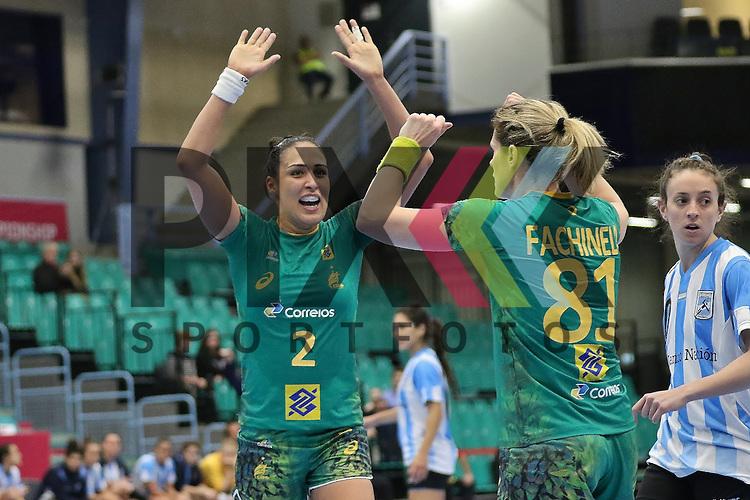 Kolding (DK), 010.12.15, Sport, Handball, 22th Women's Handball World Championship, Vorrunde, Gruppe C, Argentinien-Brasilien : Jubel / Torjubel bei Fabiana Carvalho Diniz (Braslien, #02), Deonise Cavaleiro (Brasilien, #81)<br /> <br /> Foto &copy; PIX-Sportfotos *** Foto ist honorarpflichtig! *** Auf Anfrage in hoeherer Qualitaet/Aufloesung. Belegexemplar erbeten. Veroeffentlichung ausschliesslich fuer journalistisch-publizistische Zwecke. For editorial use only.