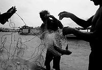 MANAUS AM 01 11 2010 SECA AMAZONAS. Pescadores da Colônia Antonio Aleixo, zona leste de Manaus. Baixo nível das aguas fez com quer fosse feito um  aterro para repressar a agua. Agoar para fazer a pesca eles tem que carregar nas costas a canoa até o rio. (Foto Alberto Cesar Araujo)