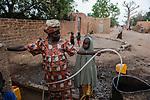 NIGER Zinder, village Baban Tapki, people fetch water from well / NIGER Zinder, Dorf BABAN TAPKI, Dorfbewohner holen Wasser von einem Brunnen