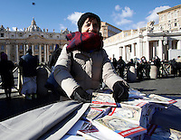 "Una volontaria distribuisce in Piazza San Pietro libri, intitolati ""Icone di Misericordia"", donati da Papa Francesco ai fedeli nel giorno dell'Epifania. Città del Vaticano, 6 gennaio 2017.<br /> A volunteer distributes booklets titled ""Icons of Mercy"" donated by Pope Francis to the faithful on Epiphany day in Saint Peter's Square at the Vatican, January 6, 2017.<br /> UPDATE IMAGES PRESS/Isabella Bonotto<br /> <br /> STRICTLY ONLY FOR EDITORIAL USE"
