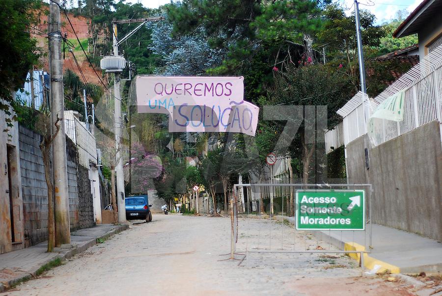 NOVA FRIGURGO, RJ, 13 DE JANEIRO 2012, MOVIMENTAÇÃO NOVA FRIGURGO -  Ruas do Bairro de Corrégo Dantas em Nova Friburgo apos um ano da maior catástrofe natural da historia do Rio de Janeiro ruas continuam com os bueiros intupidos e os moradores tem dificuldades até de andar nas ruas com lama.Varios outros bairros estão na mesma situção principalmente os mais distantes do centro da cidade. FOTO: FERNANDO FERREIRA - NEWS FREE.