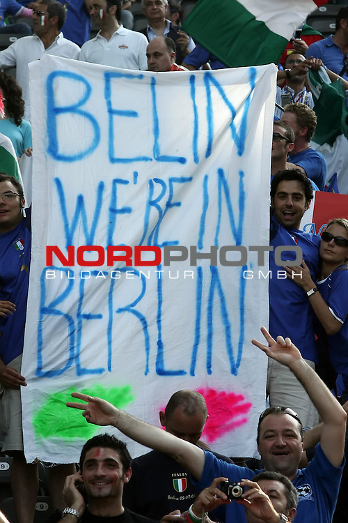 FIFA WM 2006 - Final / Finale<br /> Play #64 (09-Jul) - Italy vs France.<br /> Supporters from France celebrate prior to the match of the World Cup in Berlin.<br /> <br /> Foto &copy; nordphoto