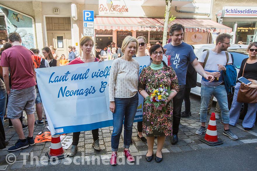 Bundestagsabgeordnete Gesine Lötsch (Linke) mit der Betreiberin des Eiscafés Gönül Glowinski // Über 120 Menschen folgten einem Aufruf zu einer Solidaritätskundgebung in Berlin-Lichtenberg nach einer rassistischen Attacke mit Kampfhund auf die Betreiber eines Eiscafés in der Margaretenstraße.