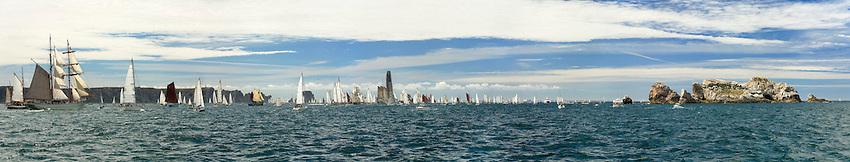 Une grande partie de la flotte de Brest 2008 prend la direction de Douarnenez et passe devant les falaises et les iles de Camaret