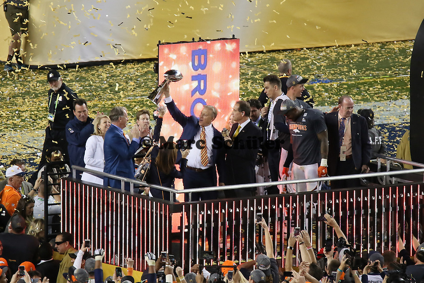 Ex-QB John Elway (Vice President of Football Operations und General Manager) mit der Vince Lombardi Trophy - Super Bowl 50: Carolina Panthers vs. Denver Broncos