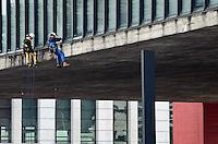 SAO PAULO, 25 DE MAIO DE 2012 - RETIRADA ILUMINACAO MASP - Homens trabalham na retirada de iluminacao decorativa do MASP, na manha desta sexta feira, na Avenida Paulista, regiao central. FOTO: ALEXANDRE MOREIRA - BRAZIL PHOTO PRESS