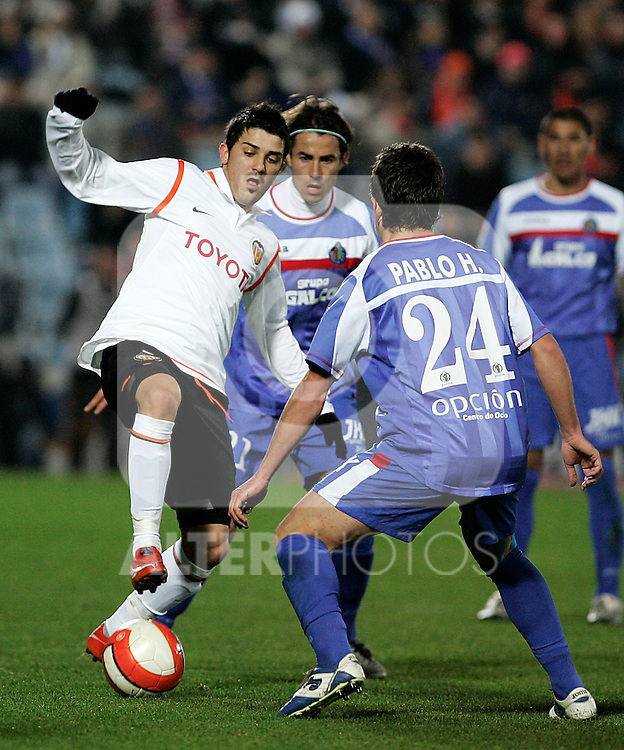 Valencia's David Villa (l) and Getafe's David Cortes (b) and Pablo Hernandez (b) during the Spanish League match between Getafe and Valencia at Alfonso Perez Coliseum in Getafe, January 17 2008.(ALTERPHOTOS/Acero).
