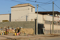 DJIBOUTI city, contrast hut and palace/ DSCHIBUTI, Kontrast Huette und Palast