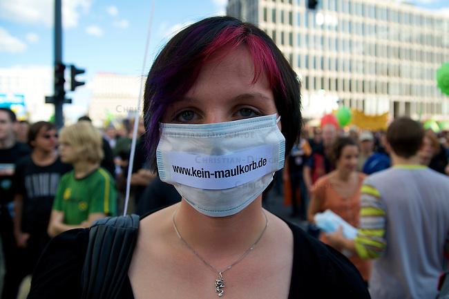 Ueber 20.000 Menschen demonstrierten am Samstag den 12. September 2009 in Berlin unter den Motto &quot;Freiheit statt Angst&quot; gegen online-Durchsuchungen, Ueberwachung der Telekommunikation und die Internetpolitik der Bundesregierung. Die Demosntration war Teil eines europaeischen Aktionstages. Aufgerufen zu der Demonastration hatten unter anderem der Arbeitskreis gegen Datenspeicherung, die Piraten Partei, die FDP, Buendnis90 Die Gruenen und die Linkspartei.<br />12.9.2009, Berlin<br />Copyright: Christian-Ditsch.de<br />[Inhaltsveraendernde Manipulation des Fotos nur nach ausdruecklicher Genehmigung des Fotografen. Veroeffentlichung nur gegen Honorar, Urhebervermerk Christian Ditsch/version-foto.de und Belegexemplar. Verwendung des Bildes ausserhalb journalistischer Berichterstattung bedarf besonderer schriftlicher Vereinbarung. Attention: NO MODEL-RELEASE! Please see Details on our Website or contact us: www.version-foto.de - Bank Details: Konto: I N G - D i B a, IBAN DE58500105175400192269, BIC INGDDEFFXXX, Kontakt: post@christian-ditsch.de Urhebervermerk wird gemaess Paragraph 13 UHG verlangt.]