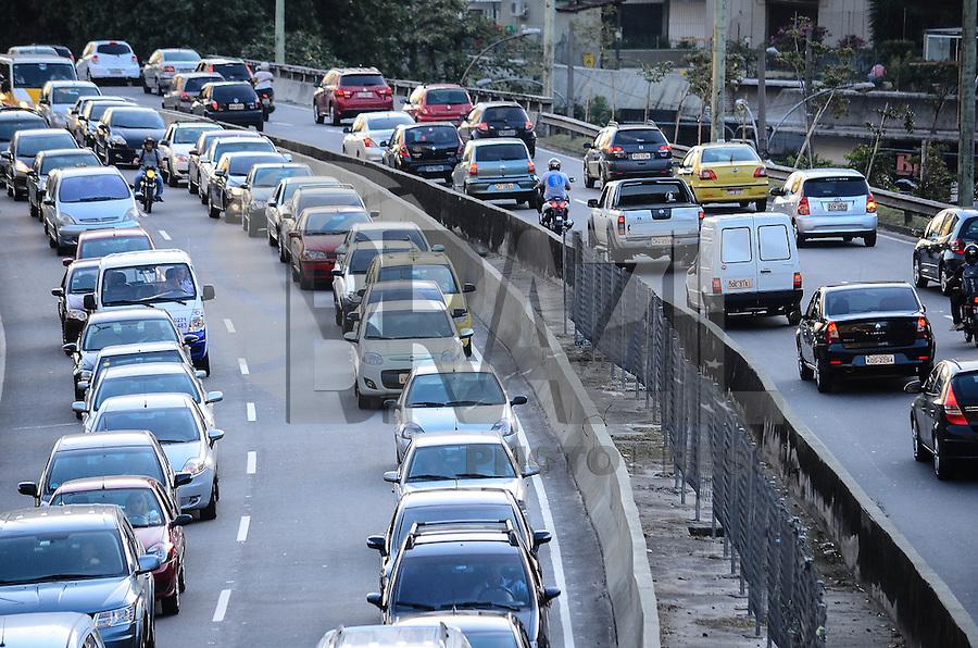 RIO DE JANEIRO, RJ, 22  DE AGOSTO DE 2013 -TRÂNSITO/RIO- Movimentação de trânsito na auto estrada lagoa barra, na tarde desta quinta-feira, 22 de agosto, em São Conrado, zona sul do Rio de Janeiro.FOTO:MARCELO FONSECA/BRAZIL PHOTO PRESS
