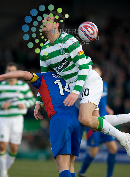 FOOTBALL.SPL. INVERNESS CT v CELTIC.Pictured is .Inverness Caledonian Thistle player Grant Munro.Celtic player Jan Vennegoor of Hesselink