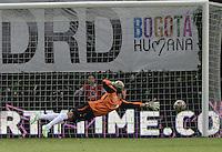 BOGOTÁ -COLOMBIA, 14-01-2015. Bayron Garcia arquero del Real Cartagena no puede atajar el disparo de gol de Gerardo Bedoya (fuera de la foto) jugador de Cúcuta Deportivo durante partido por la fecha 1 de los cuadrangulares de ascenso Liga Aguila 2015 jugado en el estadio Metropolitano de Techo de la ciudad de Bogotá./ Bayron Garcia (L) goalkeeper of Real Cartagena can't avoid a goal from Gerardo Bedoya (out the frame) player of Cucuta Deportivo during match for the first date of the promotional quadrangular Aguila League 2015 played at Metropolitano de Techo stadium in Bogotá city. Photo: VizzorImage/ Gabriel Aponte / Staff