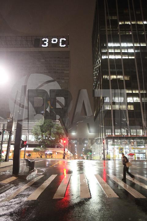 FOTO EMBARGADA PARA VEICULOS INTERNACIONAIS. SÃO PAULO, SP, 27/09/2012, FRIO. Mais um dia de muito frio na capital paulista, no final da madrugada dessa Quinta-feira (27) o termometro que fica no alto do Conjunto Nacional na Av. Paulista estava marcando 3ºC. Luiz Guarnieri/ Brazil Photo Press