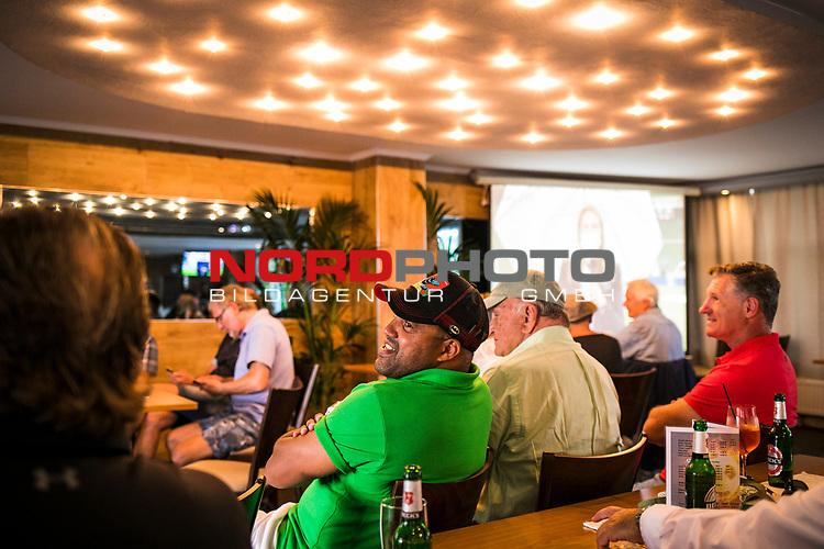 im Bild: vl. Jürgen L. Born (ehemaliger Vorsitzender des Vorstandes Werder Bremen) und Ailton (Deutscher Meister 2003 / 2004 mit Werder Bremen) sehen sich das Spiel im Sportplatz Henschenbusch BTV an, <br /><br />Sport: nphgm001: Fussball: 1. Bundesliga: Saison 19/20: 34. Spieltag: SV Werder Bremen vs 1.FC Koeln 27.06.2020 <br /><br />Foto: Rauch/gumzmedia/nordphoto<br /><br />EDITORIAL USE ONLY