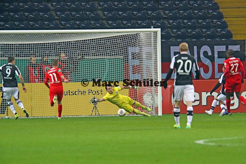 Vaclav Kadlec (Eintracht) spielt an Torwart Manuel Riemann und Julian Schauerte (SVS) vorbei zu Joselu (Eintracht), der das 1:0 erzielt- Eintracht Frankfurt vs. SV Sandhausen, DFB-Pokal, Commerzbank Arena