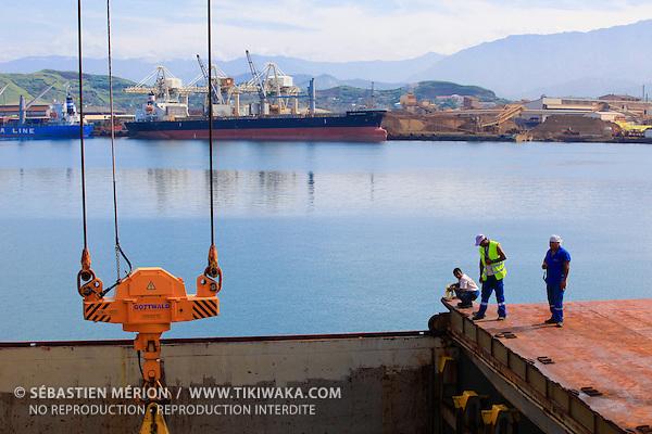Déchargement d'un navire, quai de Commerce International, Port Autonome de la Nouvelle-Calédonie
