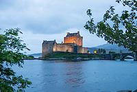 Eilean Donan Castle nahe der Ortschaft Dornie  im Loch Duich und Loch Alsh in den North West Highlands.<br /> Das Castle wurde 1214 vom Clan der MacKenzies erbaut und spaeter waehrend des Jacobiner-Aufstands zerstoert. Anfang des 20.Jh. wurde es orginalgetreu wiedererbaut.20.5.2015, Eilean Donan Castle, Highlands/Schottland<br /> Copyright: Christian-Ditsch.de<br /> [Inhaltsveraendernde Manipulation des Fotos nur nach ausdruecklicher Genehmigung des Fotografen. Vereinbarungen ueber Abtretung von Persoenlichkeitsrechten/Model Release der abgebildeten Person/Personen liegen nicht vor. NO MODEL RELEASE! Nur fuer Redaktionelle Zwecke. Don't publish without copyright Christian-Ditsch.de, Veroeffentlichung nur mit Fotografennennung, sowie gegen Honorar, MwSt. und Beleg. Konto: I N G - D i B a, IBAN DE58500105175400192269, BIC INGDDEFFXXX, Kontakt: post@christian-ditsch.de<br /> Bei der Bearbeitung der Dateiinformationen darf die Urheberkennzeichnung in den EXIF- und  IPTC-Daten nicht entfernt werden, diese sind in digitalen Medien nach &sect;95c UrhG rechtlich geschuetzt. Der Urhebervermerk wird gemaess &sect;13 UrhG verlangt.]