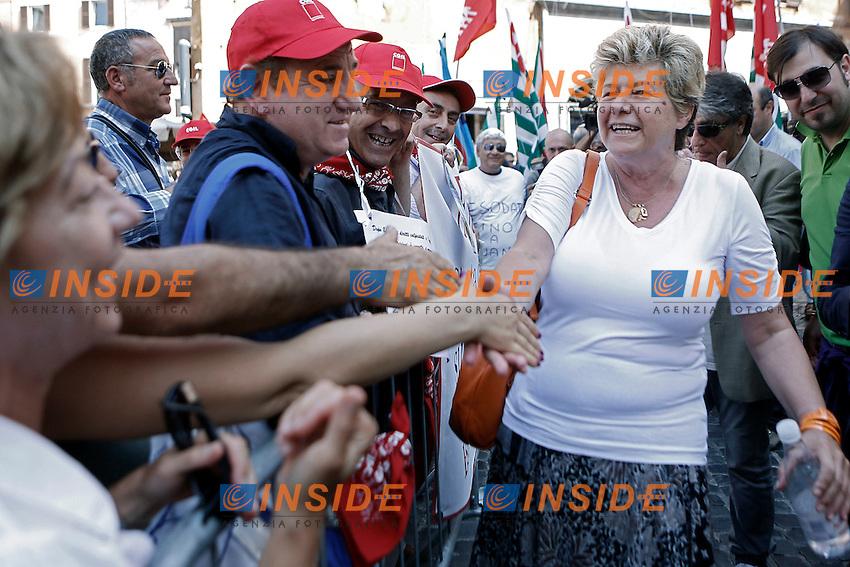 Il segretario Generale della CGIL Susanna Camusso saluta i manifestanti.Roma 26/07/2012 Mobilitazione nazionale dei sindacati di CGIL CISL e UIL  sul tema degli Esodati, con un presidio a Piazza del Pantheon.Foto Serena Cremaschi Insidefoto