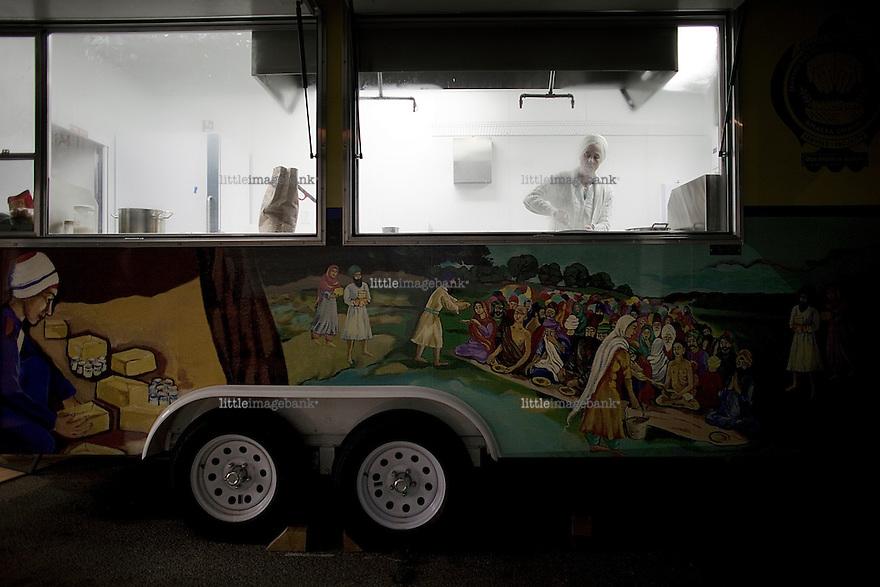 Mat til de hjemløse. Sikh Dharma. Preuss Road. Los Angeles. 22.04.2010.