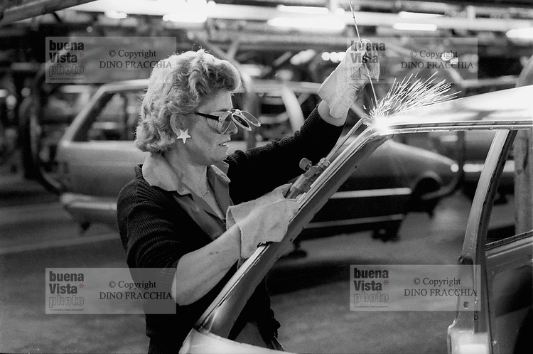 - FIAT Rivalta factory in Turin, woman worker at the assembly line (1985)....- stabilimento FIAT Rivalta a Torino, operaia alla catena di montaggio (1985)