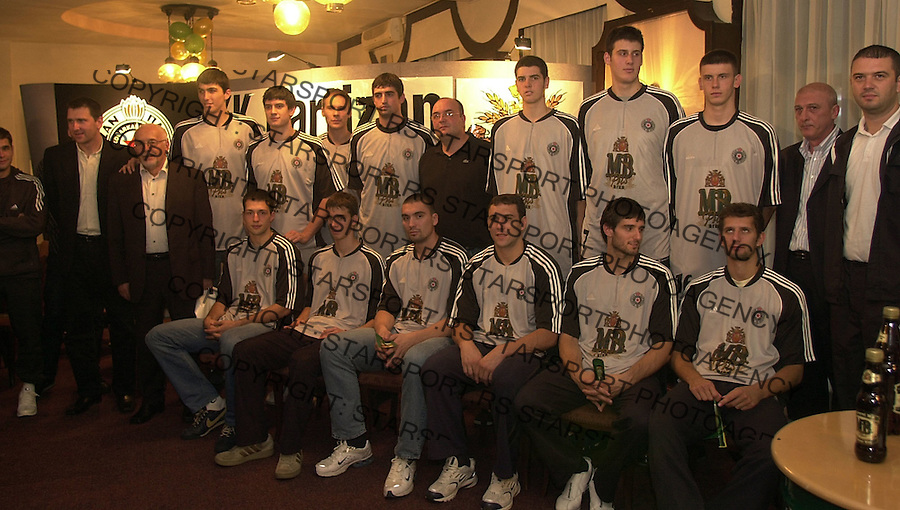 SPORT KOSARKA PARTIZAN ekipa tim Promocija novog tima za sezonu 2004/2005 i potpisivanje sponzorskog ugovora sa pivarom MB 4.10.2004. foto: Pedja Milosavljevic