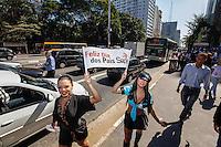 SAO PAULO, SP, 08 AGOSTO 2012 - ACAO PROMOCIONAL MARCA DE LINGERIE - Modelos vestidas de lingerie sao vistas durante acao promocional em homenagem ao Dia dos Pais, na Avenida Paulista, na tarde desta quarta-feira, 08. (FOTO: WILLIAM VOLCOV / BRAZIL PHOTO PRESS).