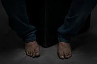 """Pies en la tierra. <br /> <br /> Con la evolución de los tiempos y las culturas, los pies -la única extremidad que estaba en contacto directo con la naturaleza- ha quedado aislada por los zapatos; estos aditamentos de la movilidad humana han puesto una pequeña distancia entre la persona y el universo y han vuelto débiles a los pies, dicen los expertos yoguistas. <br /> <br /> En esta tesitura, el proyecto fotográfico """"Pies en la Tierra"""" pretende poner a las y los candidatos en un breve contacto con esa naturaleza perdida, pero también juega con la idea de estar centrados en su momento y circunstancia política y social. <br /> <br /> """"Pies en la tierra"""" es un breve estudio de las y los aspirantes al Senado y la capital del estado, desnudando una parte del cuerpo que muy difícilmente conocemos, sobre todo de los personajes públicos.<br /> <br /> Los pies son fundamentales para el acto de caminar, pero también nos acostumbramos a ocultarlos y por ello, develarlos causa inseguridad. <br /> <br /> Muchas veces los mantenemos aislados incluso en el acto del regaderazo. <br /> """"Pies en la tierra"""" busca hacer que quienes se proponen para llevar el camino de las políticas y administración pública entren en contacto con la naturaleza y atmósfera de su entorno.  <br /> <br /> En la imagen el candidato Luis Nava contendiente a la alcaldía hace una pausa reflexiva y tiene claro que tiene sus Pies en la Tierra.<br /> <br /> Por motivos de agenda, dos candidatos no pudieron asistir al proyecto."""