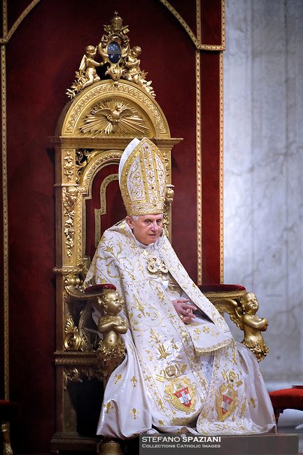 Pope Benedict XVI celebrates the Vespers and Te Deum prayer in St Peter's Basilica at the Vatican on December 31,2009.