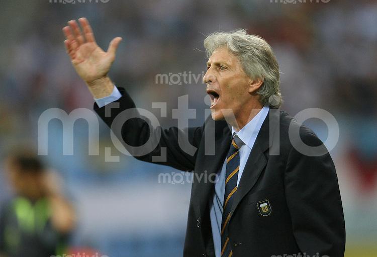 Fussball WM 2006  Achtelfinale Argentinien - Mexiko Jose Pekerman (Trainer ARG) gibt Anweisungen