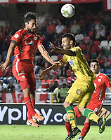 CALI - COLOMBIA, 21-09-2019: Jeison Medina del América disputa el balón con Jonathan Avila de Bucaramanga durante partido por la fecha 12 de la Liga Águila II 2019 entre América de Cali y Atlético Bucaramanga jugado en el estadio Pascual Guerrero de la ciudad de Cali. / Jeison Medina of America struggles the ball with Jonathan Avila of Bucaramanga during match for the date 12 as part of Aguila League II 2019 between America de Cali and Atletico Bucaramanga played at Pascual Guerrero stadium in Cali. Photo: VizzorImage / Gabriel Aponte / Staff