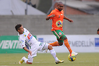 ENVIGADO -COLOMBIA-21-04-2013. Neider Morantes (d) del Envigado disputa el balón con Dayron Pérez (i) del Huila durante partido de la fecha 12 Liga Postobón 2013-1./ Neider Morantes (r) of Envigado fights for the ball with Dayron Perez (l) of Huila during match of the 12th date of Postobon League 2013-1.  Photo:VizzorImage/Luis Ríos/STR
