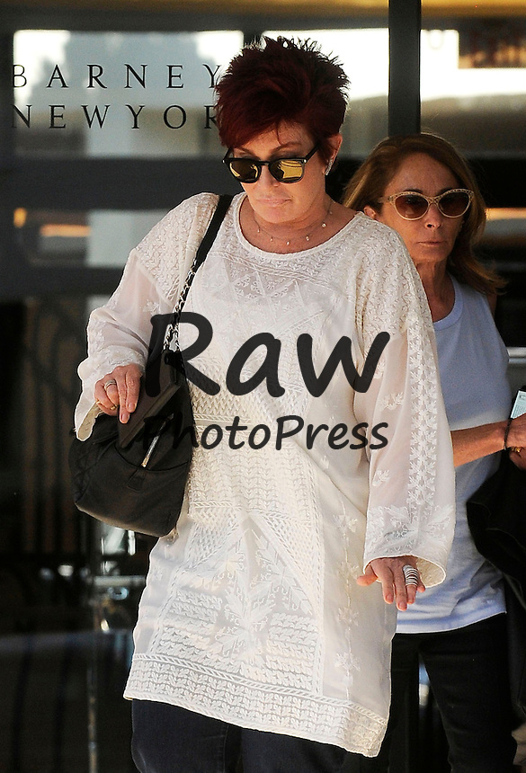 Sharon Osbourne ha salido de compras a Barney's New York en Los &Aacute;ngeles.<br /> <br /> Photo &copy; 2015 SMJ/The Grosby Group<br /> <br /> EXCLUSIVE<br /> <br /> Los Angeles - Mar. 3, 2015<br /> <br /> Sharon Osbourne looks happy as she leaves the Barney's store.