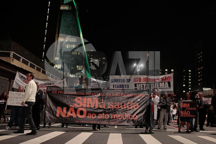 SÃO PAULO, SP - 03.07.2013: MANIFESTAÇÃO CONTRA O ATO MÉDICO SP - Profissionáis da área da saúde fecham a Av Paulista contra o ato médico na noite desta 4 feira (3) em São Paulo (Foto: Marcelo Brammer/Brazil Photo Press)