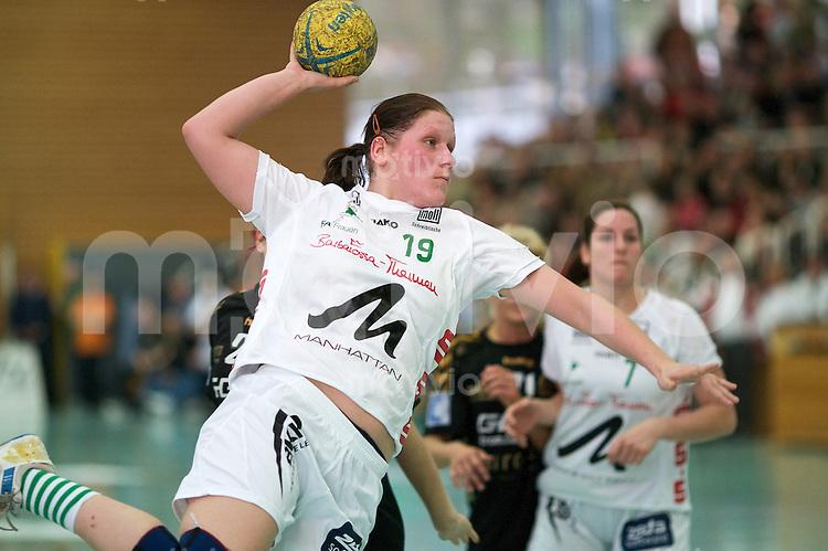Handball Frauen 2.Bundesliga, FrischAuf Goeppingen - HSG Bensheim-Auerbach, Katrin Schroeder (FAG) im Sprugwurf, zieht ab