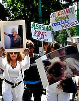 CUERNAVACA, MORELOS. Integrantes de asociaciones de defensores de animales se manifestaron a las afueras de una agencia de autos al norte de la ciudad de la cual el gerente fue denunciado por maltrato y muerte de animales. (Fotos: Noé Knapp)