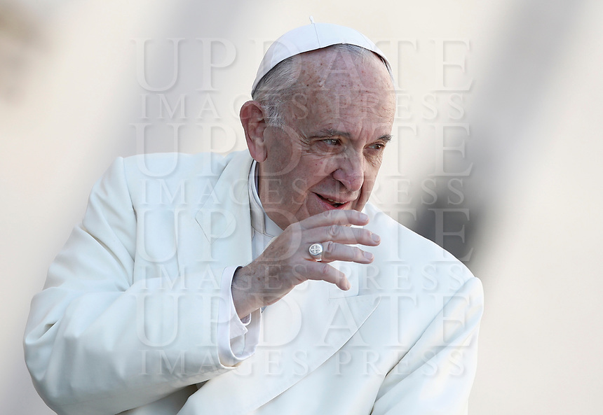 Papa Francesco saluta i fedeli al suo arrivo all'udienza generale del mercoledi' in Piazza San Pietro, Citta' del Vaticano, 8 novembre, 2017.<br /> Pope Francis waves to faithful as he arrives for his weekly general audience in St. Peter's Square at the Vatican, on November 8, 2017.<br /> UPDATE IMAGES PRESS/IsabellaBonotto<br /> <br /> STRICTLY ONLY FOR EDITORIAL USE