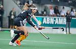 AMSTELVEEN -  Eva de Goede (Adam) met Noor Omrani (DenBosch)   tijdens de hoofdklasse hockeywedstrijd dames,  Amsterdam-Den Bosch (1-1).   COPYRIGHT KOEN SUYK