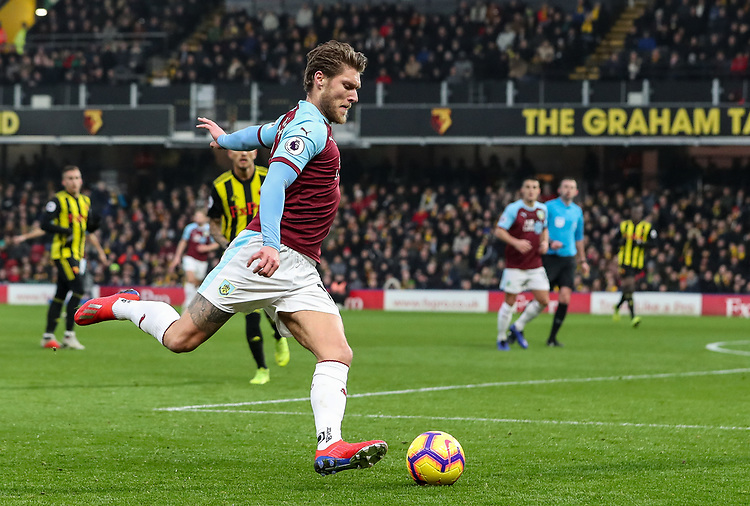Burnley's Jeff Hendrick crosses<br /> <br /> Photographer Andrew Kearns/CameraSport<br /> <br /> The Premier League - Watford v Burnley - Saturday 19 January 2019 - Vicarage Road - Watford<br /> <br /> World Copyright &copy; 2019 CameraSport. All rights reserved. 43 Linden Ave. Countesthorpe. Leicester. England. LE8 5PG - Tel: +44 (0) 116 277 4147 - admin@camerasport.com - www.camerasport.com