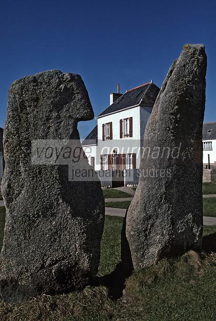 """Europe/France/Bretagne/29/Finistère/Ile de Sein: Les deux menhirs """"Les Causeurs"""""""