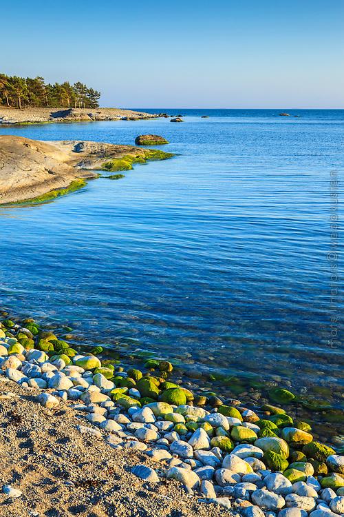 Klippa på en strand på Torö i Stockholms södra skärgård vid havet.