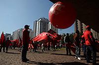 SAO PAULO, 29 DE JUNHO DE 2012 - ATO PELA MOBILIDADE URBANA - Integrantes da CUT e manifestantes em concentracao no vao livre do MASP em manifestacao por melhorias no transporte e denuncia de precariedades, na avenida Paulista, regiao central da capital. FOTO: ALEXANDRE MOREIRA - BRAZIL PHOTO PRESS
